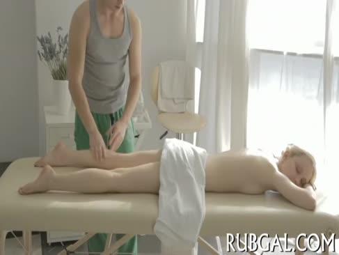 Teenie e de rahat 10-livră în timpul masaj