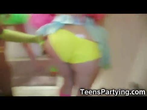 Adolescenti excitat petreceri