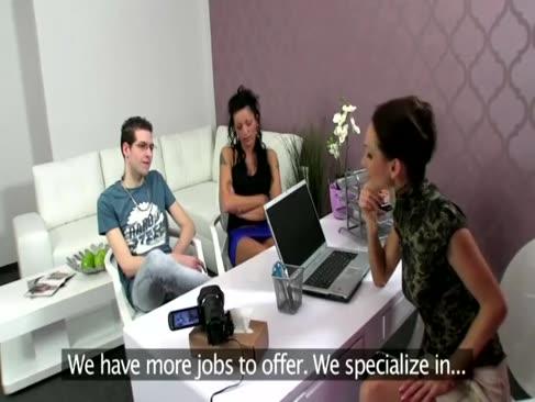 3some oficiul în timpul auditie pentru agentul și clienții săi