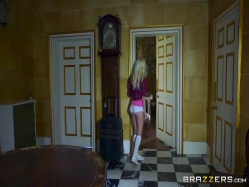 Brazzers - adolescentul foarte sexy are o vizită de la zână de șarpe la pantaloni