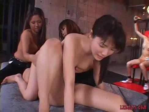 2 fete asiatice obtinerea pizde lor vibrat și boinked cu jucării de 2 paznici