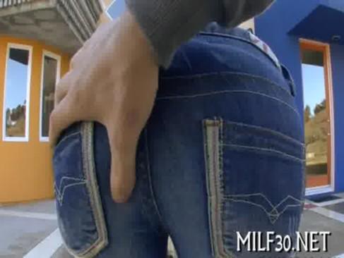Filmata sub fuste mini