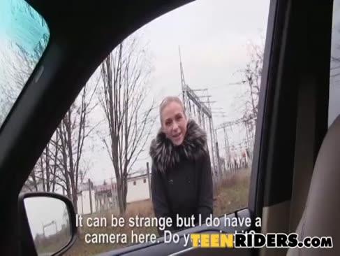 Autostopul care călătoresc devine o călătorie de la un străin