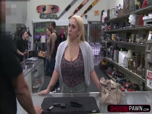 O femeie ginormală sălbatică vinde arma ei și este bătută de cocoșul shawns