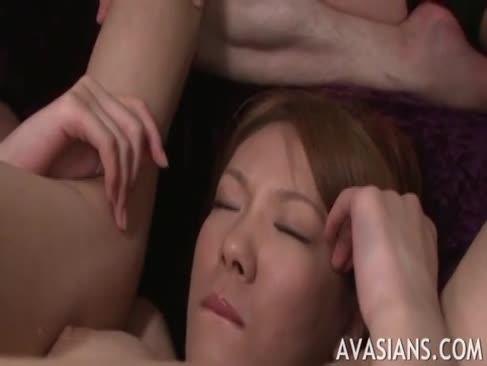 Big-boobed asiatice readhead primește 2 tije pentru a se distra cu