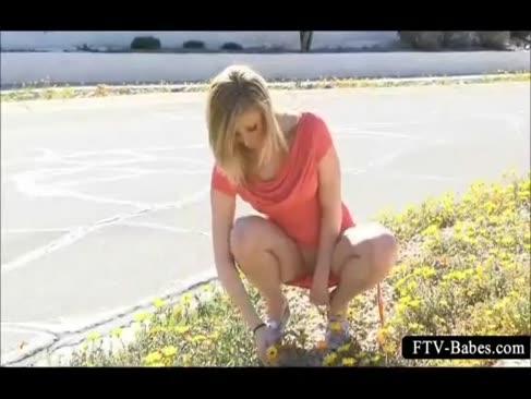 Ispititoarea blonda vorbește o plimbare nud în public