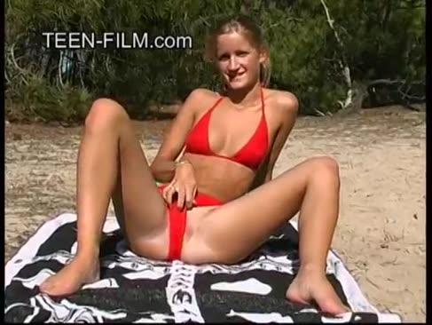 Nud nubil blond la plaja