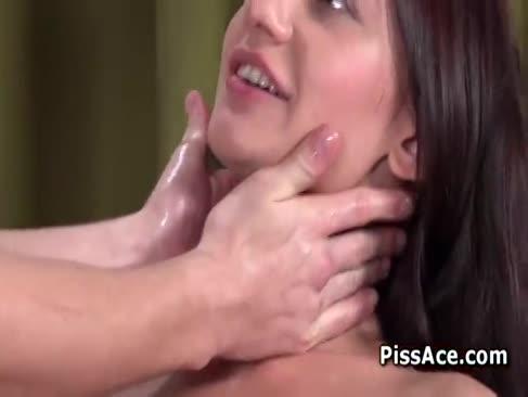 Femeia pișă peste o tijă și o înghite în gât