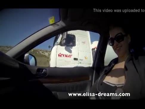 Throating conducătorul auto în fața unor camioane