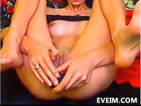 Subțire biotch toying cu fundul ei