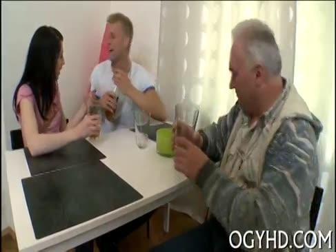 Tipul de vârstnic al lui antsy bate tânărul coechipier