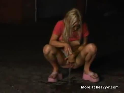 Blonde ultra-cutie pees pe strada și slurps ea