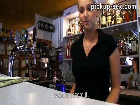 Barmaidul lenka a bătut cu clientul pentru niște bani