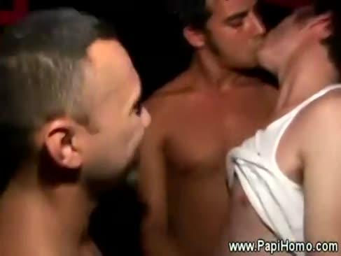 Latinii lovesc bara de partid la fiecare adunare tip
