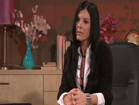 Fata de birou din exposedcougars.com are unele afaceri cu un bărbat