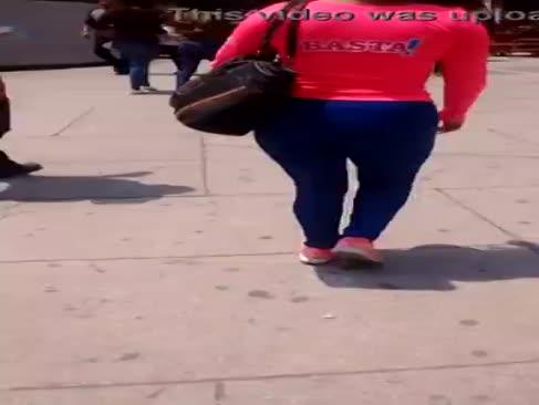 Preciosa edecan con tanga entrando al metrou de insurgentes