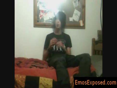Dark-hued cu părul și fumatul emo obtinerea antebrațele în pantaloni de emosexposed