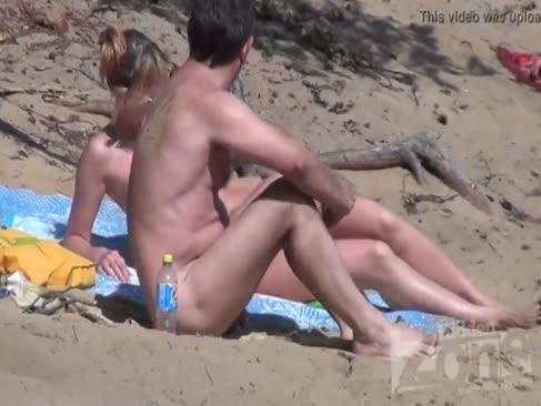 Loc de muncă orală pe o plajă de nudiști