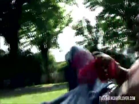Ridicarea o gospodină pumă topită în parc
