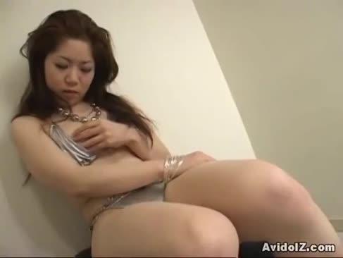 Miere japoneză într-un cric bikini de argint necenzurate